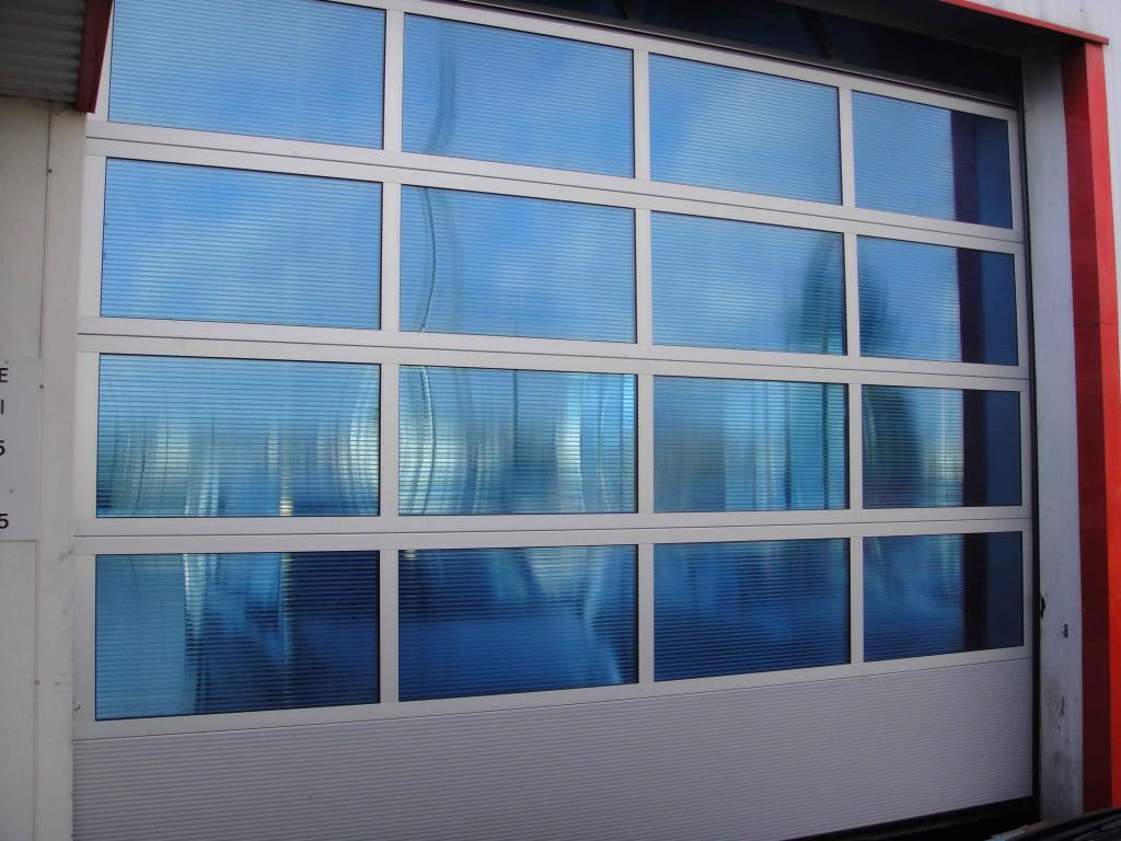 Porte sectionnelle avec polycarbonate alvéolaire bleuté 19 mm avec 4 champs