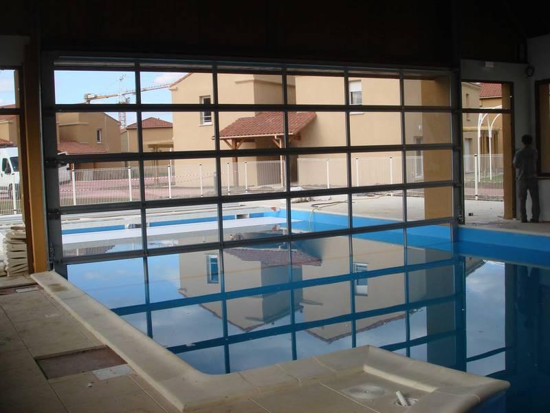 Porte sectionnelle vitrée pour séparation piscine