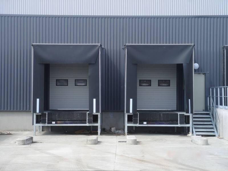 Tunnels de quai avec chassis support, niveleur de quai, porte sectionnelle et SAS